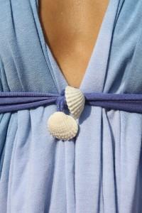 Шаг 4. Завязываем концы под грудью, образуя красивую драпировку.
