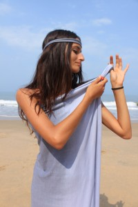 Шаг 1. Сгибаем лунги вдоль длинной стороны пополам и крепим на одном плече при помощи простого двойного узла, резинки для волос или кольца.