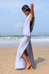 Шаг 2. Лишний объем уводим в запах сбоку и фиксируем платье поясом или тесьмой. Длину платья регулируем, образуя напуск на талии.